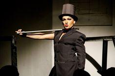 A drag queen baiana Rainha Loulou comanda noite de karaokê, com entrada gratuita.