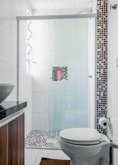 Box para chuveiro: o que é preciso saber sobre cada modelo Quando a parede de destaque está fora do box o efeito de interferência do perfil na decoração é bastante reduzido, independente da cor da ferragem.