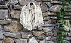 šátek - přehoz přes ramena - pléd uháčkovaný z mohérové příze smetanové barvy... rozměry: nejdelší strana cca 150 cm, v cípu cca 80 cm.