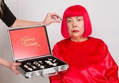 草間彌生の計測風景 The images shown depict wax figures created and owned by Madame Tussauds.