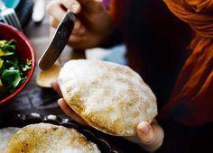 Paras pitaleipä syntyy durumvehnäjauhoilla, joilla saat leipään vahvan sitkon. 8 kpl 2 ½ dl vettä 25 g hiivaa 2 tl hunajaa 1 tl suolaa 2 dl durum ...