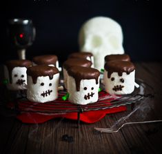 This Halloween marshmallow project is a fun activity with the kids or for your inner kid. You'll be surprised at how easy and effective this is-plus the results are delicious! Halloween Drinks Kids, Halloween Food For Party, Halloween Treats, Halloween Foods, Halloween Carnival, Halloween Desserts, Halloween Birthday, Halloween 2020, Holiday Desserts