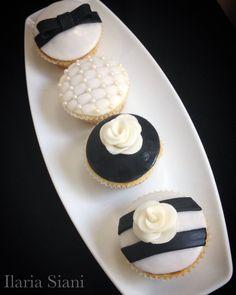 """Cupcakes in stile Chanel 🖤 Realizzati su progetto di Patrizia Pepe di #unicoday #instafood #ilas #ilassweetness #cupcakes #chanel #blackandwhite #cakedesign #pastadizucchero #sugarpaste  Per info e richieste contattami qui  www.facebook.com/ilascake  e se ti va metti """"mi piace"""" alla mia pagina 👍🏻"""