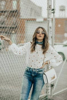 White stars sweater+skinny jeans+printed pointed embellishment flats+white chain shoulder bag+blue printed neckscarf+sunglasses. Pre-Fall Casual Outfit 2017