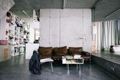 En route pour Berlin à la découverte de l'appartement de l'architecte Arno Brandlhuber au travers des photos de Freunde von Freunden. Un appartement très brut dans lequel le béton règne du sol au plafond.