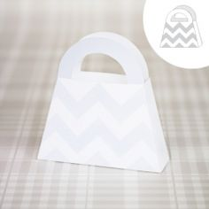 Free templates in 5 differant designs. Diy Paper, Paper Crafts, Paper Carrier Bags, Diy Craft Projects, Craft Ideas, Cardboard Design, Paper Gift Bags, Plastic Canvas Crafts, Craft Box