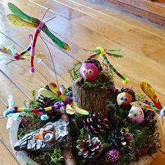 Schattige egels van dennenappels   dennenappels   Wat kun je maken met dennenappels? Christmas Bulbs, Holiday Decor, Kids, Young Children, Boys, Christmas Light Bulbs, Children, Kid, Children's Comics