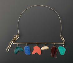 Meret Oppenheim Réalisé par Cleto Munari vers 1984-1986 Collier formé d'un tour de cou en fil d'or rigide et d'un pendentif horizontal supportant six mobiles aux formes aléatoires, ornés de pierres dures… - Pierre Bergé & Associés - 19/06/2008