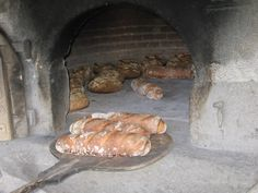 Les pains sont sortis, prêts à être rompus et dégustés en toute convivialité, dans un esprit de partage.