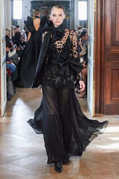Elie Saab Fall 2019 Ready-to-Wear Fashion Show - Elie Saab Fall 2019 Ready-to-Wear Collection – Vogue - Elie Saab Couture, Fashion Week, Runway Fashion, Fashion Show, Fashion Design, Fashion Brands, Elie Saab Spring, Ellie Saab, Style Couture