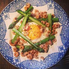 Instagram @ellypear - #fastday dinner: Wye Valley asparagus, Fried egg, brown shrimp, brown butter, smoked salt 159cals #fastdayideas #ellypearfastdays