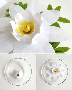 Fleurs en papier magiques, qui s'ouvrent dans l'eau. Une idée pour les enfants, ils vont être intrigués. Par capillarité, les pétales s'imbibent d'eau et s'ouvrent. Réutilisables, il suffit de les faire sécher et les replier.