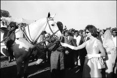 INDIA. After the Polo match with the team of the Maharana of Jaipur, Mrs KENNEDY fed his winning horse with a fresh carrot. 1962. ♡❤❤❤♡❤♡❤❤❤♡ http://www.jfklibrary.org/Asset-Viewer/fIAu7iZTSkaxouEFejMsdw.aspx