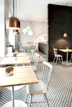 juodas kavinės interjeras