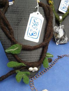 Collar de Fieltro y Perlas Calibradas