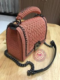 Bobble Stitch Handbag Crochet Pattern with Video Tutorial red purse Why spend money on simple bags, when you can make this bobble stitch handbag all by yourself. The place where construction meets design, beaded crochet is the act of using beads to e Crotchet Bags, Knitted Bags, Crochet Handbags, Crochet Purses, Red Purses, Purses And Bags, Crochet Shell Stitch, Bobble Stitch, Macrame Bag