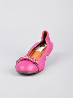 Ballerina rosa con punta tonda e catena d'oro. Perfetta con dei pantaloni stile Capri. Available on Marty Prato Shop http://www.martyshop.it/it/201168-Accessori/2014181-Ballerina-rosa-Lanvin.aspx