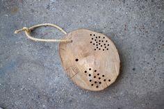 we love handmade | DIY: Insektenhotel aus Baumscheibe und Pfahl | http://welovehandmade.at