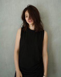 """井川 遥 loin.official on Instagram: """" ブラックのカットソーは カジュアルになり過ぎず 夏によく着るアイテム。 ジャケットにも。  loin.のカットソーは 強く撚っているからさらっとした 肌触り。特殊な加工により cotton100%なのに伸びるから 着心地も抜群なんです。    …"""" Hear Style, My Style, Japanese Beauty, Cute Woman, Basic Tank Top, High Neck Dress, Actresses, Portrait, Tank Tops"""