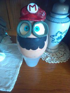 Uovo Minion travestito da Super Mario Bros
