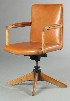 """Hans J. Wegner: """"A 721"""". An oak swivel chair."""