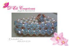 Pulsera de perlas y cristales con mostacillas doradas.