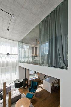 Двухуровневая квартира: воплощаем в жизнь смелый проект и обзор лучших планировок http://happymodern.ru/dvuxurovnevaya-kvartira-foto/ Панорамное остекление верхнего этажа двухуровневой квартиры