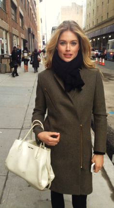 Such a cute outfit for the fall. Doutzen Kroes, Most Beautiful Faces, Fashion Models, Fashion Trends, Fall Looks, Mannequins, Celebs, Celebrities, Supermodels