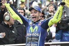 """Rossi genoot van felle strijd: """"Je moet dit spel meespelen als je niet thuis wilt zitten"""" - MotoGP nieuws"""