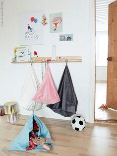 Säg det barnrum som inte tidvis svämmar över av prylar?  Så här kan du omvandla kuddfodralen SANELA till fiffig förvaring. IKEA PS 2014 vägglist med knoppar. Gästbloggare Sara Zetterström, Little miss fix it.