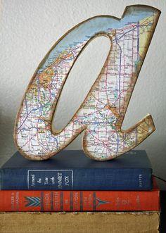 Gem Girl Art usa cartón y un mapa para darle un toque viajero