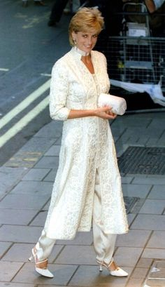 Diana Princess Of Wales Attends Dinner At London's Dorchester Hotel In Aid Of The Shaukat Khanum Memorial Hospital In Pakistan. Princess Diana Dresses, Princess Diana Fashion, Princess Diana Family, Royal Princess, Princess Of Wales, Princess Diana Wedding, Lady Diana Spencer, Mode Hijab, Royal Fashion