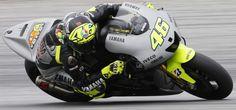 """A Sepang prima giornata di prove per la Motogp ed è anche la prima volta di Valentino Rossi sulla nuova Yamaha: """"Sono bastati 10 giri per rendermi conto che questa è la mia moto""""."""