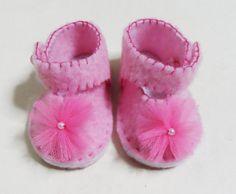Scarpine per neonata realizzate in panno rosa con cuciture in contrasto fucsia • Madewithstefishands