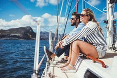 Shot of an attractive young couple enjoying a boat ride together. Relaxed young man and woman sailing the sea on a yacht. Segel Outfit, Yatch Boat, Family Boats, Boat Hire, Yacht Party, Sailing Outfit, Young Couples, Nautical Fashion, Nautical Outfits