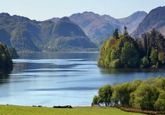 The Lake District is the ideal holiday destination. The Lake District in Cumbria is one of the most popular holiday destinations in England. Lake George, Lake Life, Day Trips, Weekend Trips, Cool Places To Visit, Countryside, The Good Place, Surfing, Beautiful Places