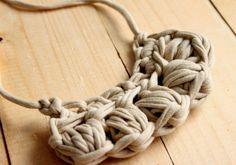 Collar de trapillo en tono beige, realizado totalmente a mano ideal para primavera y verano.