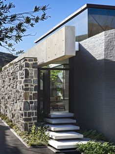 Kloof by SAOTA in Cape Town, South Africa is a luxurious contemporary residence with an inverted pyramid roof. Architecture Design, Cabinet D Architecture, Small Entrance, Clerestory Windows, Modern Staircase, Glass Roof, Modern House Design, House Tours, Home And Family