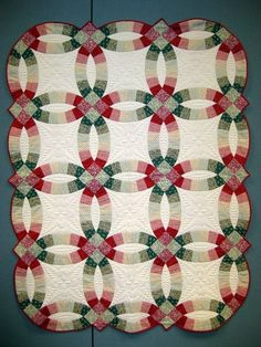 Traditional Double Wedding Ring quilt in red, green and ivory by John Flynn. Class photo by Told You Sew