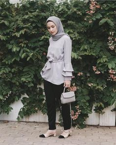 Bakalan Makin Jadi Tren di Tahun 2018, Fashion Tunik Hijab Ini Harus Kamu Coba! Street Hijab Fashion, Muslim Fashion, Korean Fashion, Batik Fashion, Suit Fashion, Fashion Outfits, Casual Hijab Outfit, Ootd Hijab, Hijab Dress