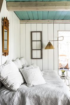 Simple summer cottage bedroom with soft linens. Beach Cottage Style, Romantic Cottage, Beach Cottage Decor, Romantic Homes, Coastal Cottage, Irish Cottage, Cottage Ideas, Cottage Chic, Beach House