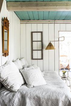 Simple summer cottage bedroom with soft linens. | Muotisuunnittelija Ilona Pellin yli satavuotias torppa Iitissä