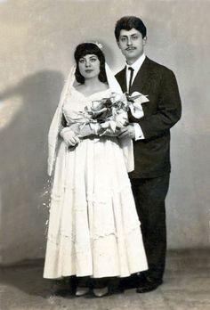 Chic Vintage Brides, Wedding Bouquets, Victorian, Statue, Beautiful, Dresses, Fashion, Wedding Pictures, Vestidos