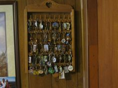 Inspired Collecting: Souvenir Keychain Collection displayed on a spool rack. Summer Crafts, Fun Crafts, Arts And Crafts, Collection Displays, Pin Collection, Display Case, Display Ideas, Small Room Decor, Travel Souvenirs