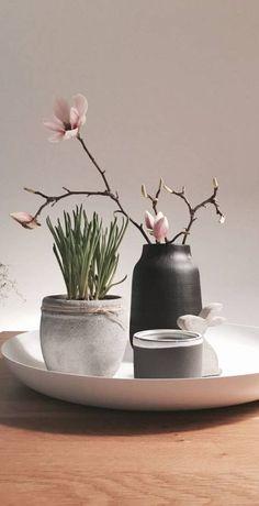 25+ DIY Deko Ideen zu Ostern, dezente Vasen als Tischdeko mit Magnolie