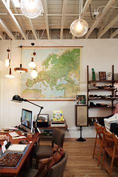 älskar tanken med ett stort arbetsrum där det första man ser när man kliver in är en stor världskarta, möbler i trä och unika och personliga detaljer