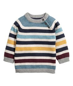 Jumper in a soft cotton textured knit with buttons on the shoulders, elbow patches and a corduroy chest pocket. Ribbing around the neckline, cuffs and hem. Baby Boy Knitting Patterns, Knitting For Kids, Baby Knitting, Knit Baby Sweaters, Boys Sweaters, Baby Boy Outfits, Kids Outfits, Pull Bebe, Cotton Jumper