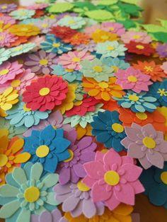 色々な大きさのお花が手作りできる素材セットです。500円玉くらいの大きさのもの~すごくちいさな素材までさまざま。400枚以上作りやすいようにお花の見本もお入れします。色や形などランダムになります。お誕生日プレゼント、寄せ書き、お祝い事、アルバム、スクラップブッキング、退職、お礼、飾り、デコレーション、などにいかがでしょうか? Paper Punch, Punch Art, 3d Paper, Paper Quilling, Diy And Crafts, Paper Crafts, Craft Punches, Paper Flowers, Cardmaking