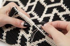Pohjanmaa bag from Virkkuri photo by Saara Salmi 2014 Tapestry Crochet Patterns, Fabric Patterns, Crochet Clutch, Knit Crochet, Tapestry Bag, Modern Crochet, Cactus Y Suculentas, Crochet Diagram, Knitted Bags