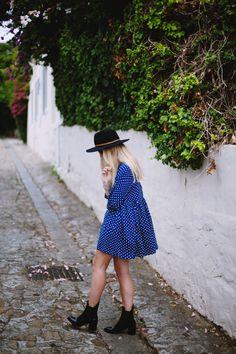 sukienka powinna mieć krótsze rękawy i inny kolor